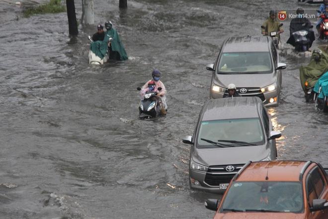 Đường phố Sài Gòn ngập lênh láng sau cơn mưa lớn, người dân khổ khổ dắt xe lội nước trên đường - ảnh 20