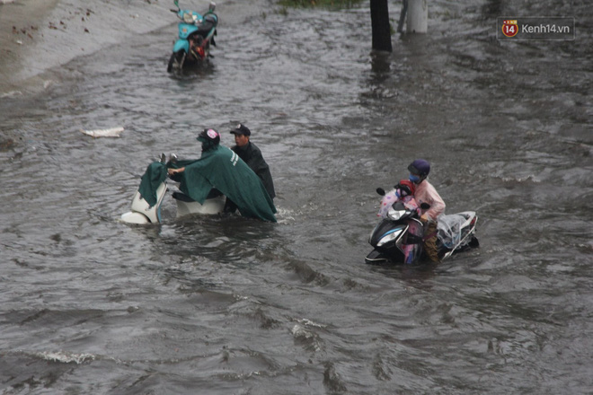 Đường phố Sài Gòn ngập lênh láng sau cơn mưa lớn, người dân khổ khổ dắt xe lội nước trên đường - ảnh 6