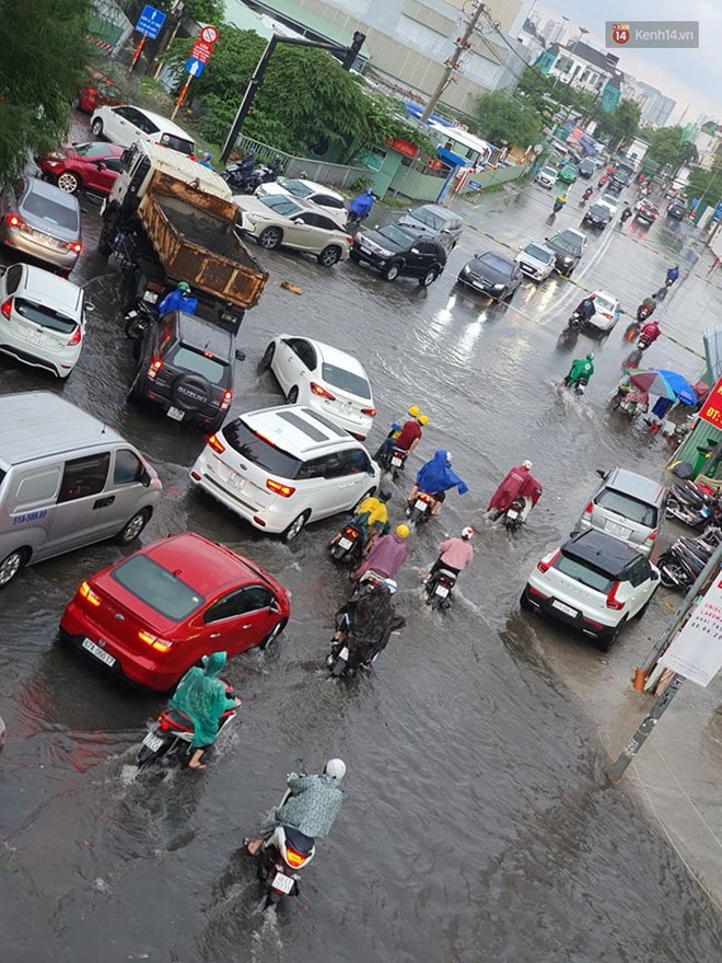 Đường phố Sài Gòn ngập lênh láng sau cơn mưa lớn, người dân khổ khổ dắt xe lội nước trên đường - ảnh 2