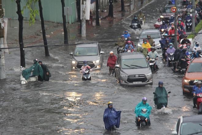 Đường phố Sài Gòn ngập lênh láng sau cơn mưa lớn, người dân khổ khổ dắt xe lội nước trên đường - ảnh 17