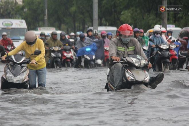 Đường phố Sài Gòn ngập lênh láng sau cơn mưa lớn, người dân khổ khổ dắt xe lội nước trên đường - ảnh 12