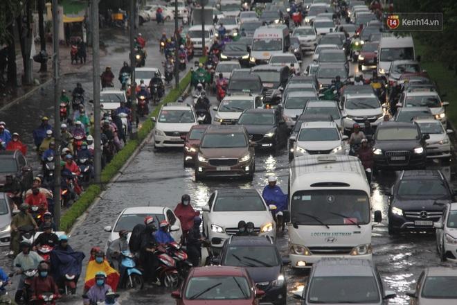 Đường phố Sài Gòn ngập lênh láng sau cơn mưa lớn, người dân khổ khổ dắt xe lội nước trên đường - ảnh 4