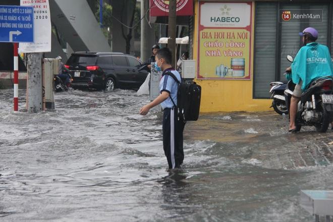 Đường phố Sài Gòn ngập lênh láng sau cơn mưa lớn, người dân khổ khổ dắt xe lội nước trên đường - ảnh 15