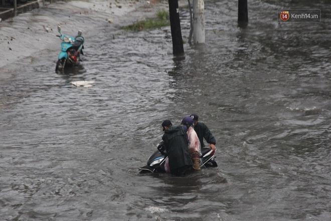 Đường phố Sài Gòn ngập lênh láng sau cơn mưa lớn, người dân khổ khổ dắt xe lội nước trên đường - ảnh 8