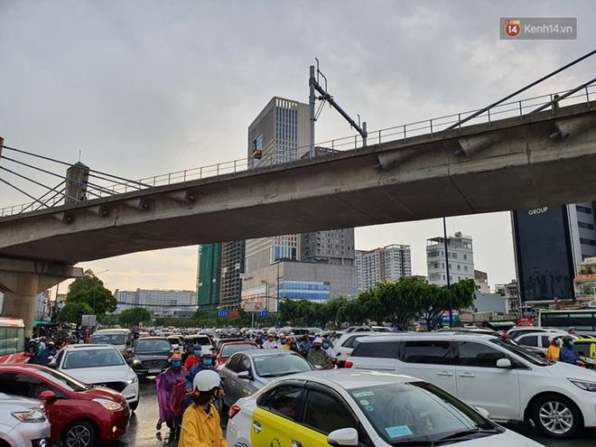 Đường phố Sài Gòn ngập lênh láng sau cơn mưa lớn, người dân khổ khổ dắt xe lội nước trên đường - ảnh 3