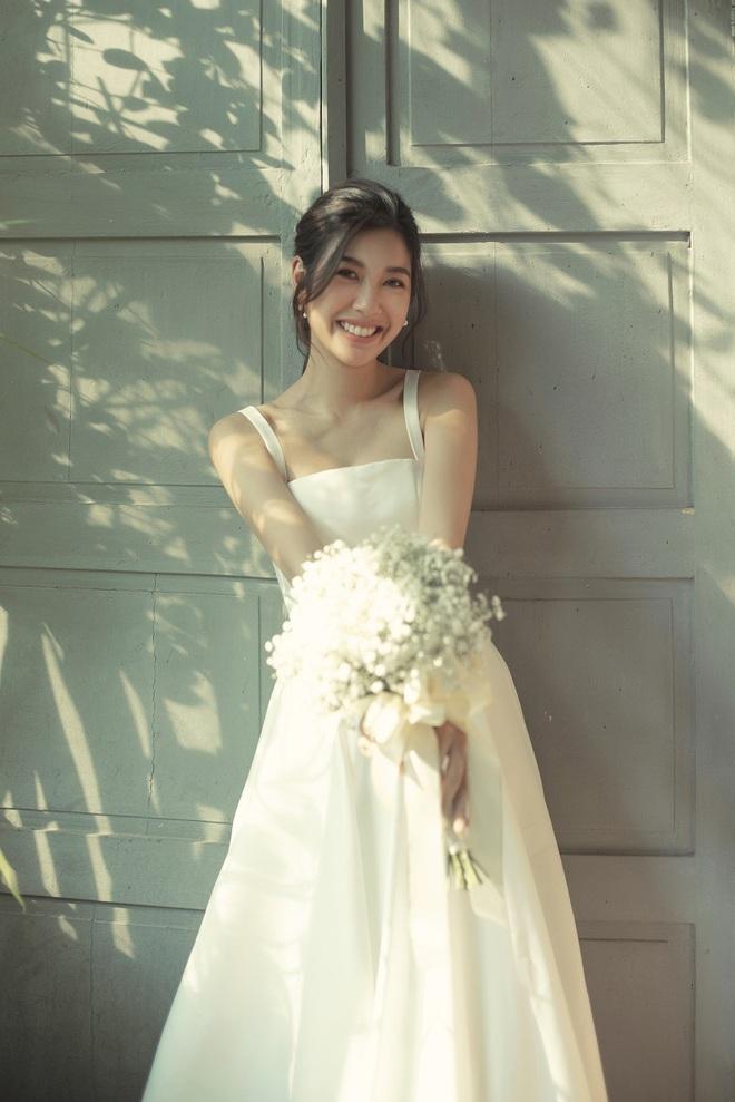 Thuý Vân đẹp nền nã, diện váy cưới đầy sang trọng: Nhìn nụ cười là biết đang hạnh phúc thế nào! - ảnh 5