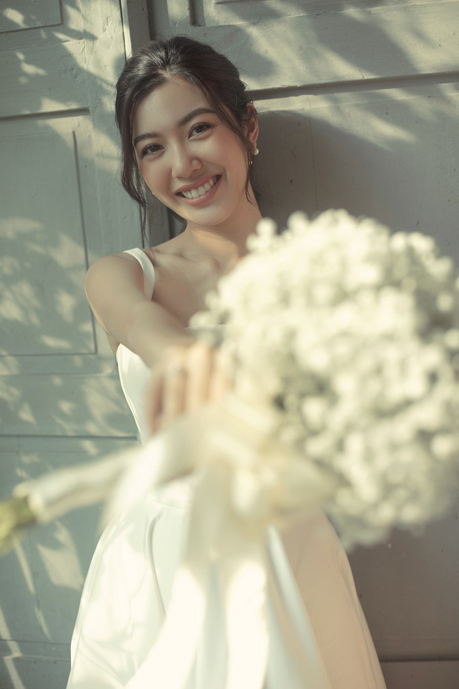 Thuý Vân đẹp nền nã, diện váy cưới đầy sang trọng: Nhìn nụ cười là biết đang hạnh phúc thế nào! - ảnh 1
