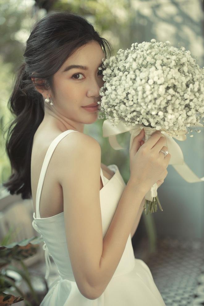 Thuý Vân đẹp nền nã, diện váy cưới đầy sang trọng: Nhìn nụ cười là biết đang hạnh phúc thế nào! - ảnh 2