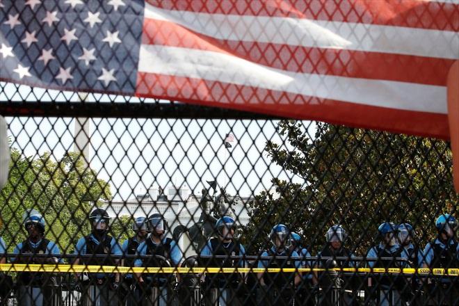 Toàn cảnh nước Mỹ bước vào đêm thứ 8 không ngủ: Làn sóng biểu tình tiếp tục đòi công bằng cho George Floyd và kêu gọi người da đen đáng được sống - ảnh 6