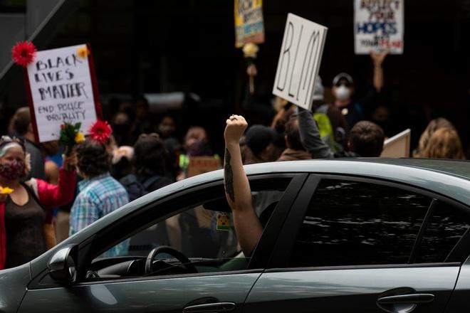 Toàn cảnh nước Mỹ bước vào đêm thứ 8 không ngủ: Làn sóng biểu tình tiếp tục đòi công bằng cho George Floyd và kêu gọi người da đen đáng được sống - ảnh 19
