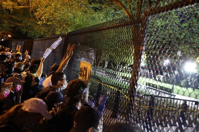 Toàn cảnh nước Mỹ bước vào đêm thứ 8 không ngủ: Làn sóng biểu tình tiếp tục đòi công bằng cho George Floyd và kêu gọi người da đen đáng được sống - ảnh 7