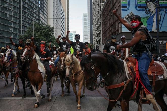 Toàn cảnh nước Mỹ bước vào đêm thứ 8 không ngủ: Làn sóng biểu tình tiếp tục đòi công bằng cho George Floyd và kêu gọi người da đen đáng được sống - ảnh 22