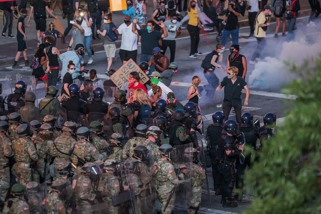 Toàn cảnh nước Mỹ bước vào đêm thứ 8 không ngủ: Làn sóng biểu tình tiếp tục đòi công bằng cho George Floyd và kêu gọi người da đen đáng được sống - ảnh 21