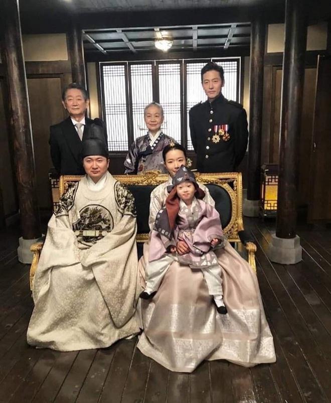 Quân Vương Bất Diệt lộ ảnh sốc đến cạn lời: Nghịch tặc Lee Lim lên làm vua, Lee Min Ho xuống kiếp làm dân đen? - ảnh 1