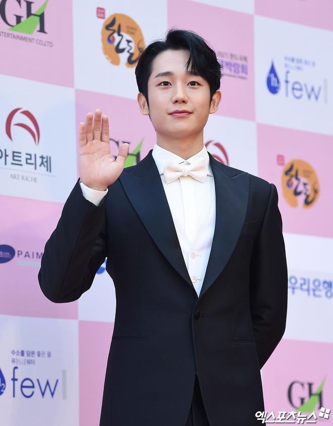 Park Bom gây sốc khuôn mặt méo mó đến lạ, hút hết truyền thông trước dàn diễn viên đình đám ở thảm đỏ Oscars Hàn Quốc - ảnh 6