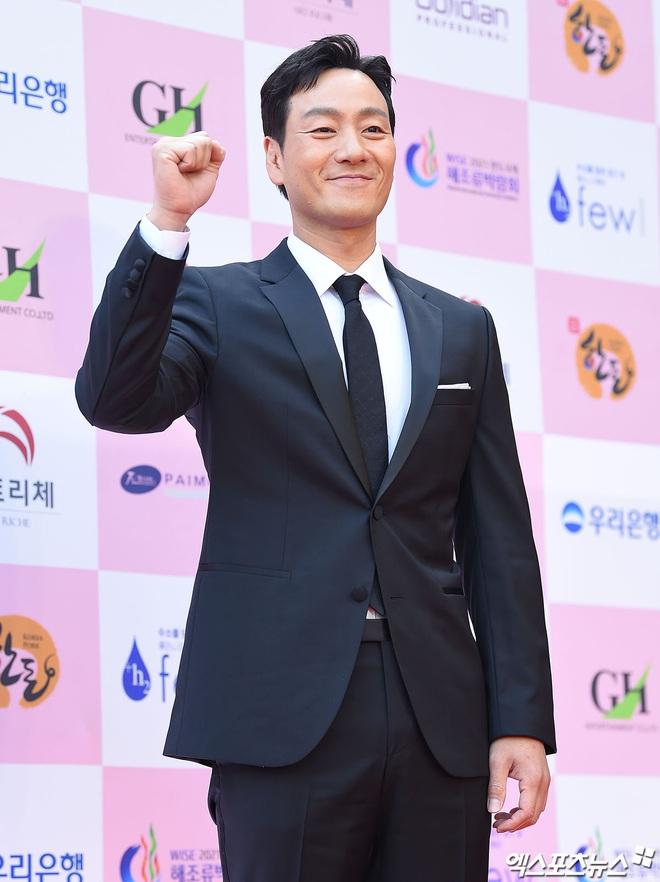 Park Bom gây sốc khuôn mặt méo mó đến lạ, hút hết truyền thông trước dàn diễn viên đình đám ở thảm đỏ Oscars Hàn Quốc - ảnh 8