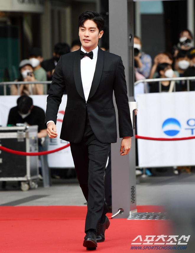 Park Bom gây sốc khuôn mặt méo mó đến lạ, hút hết truyền thông trước dàn diễn viên đình đám ở thảm đỏ Oscars Hàn Quốc - ảnh 12