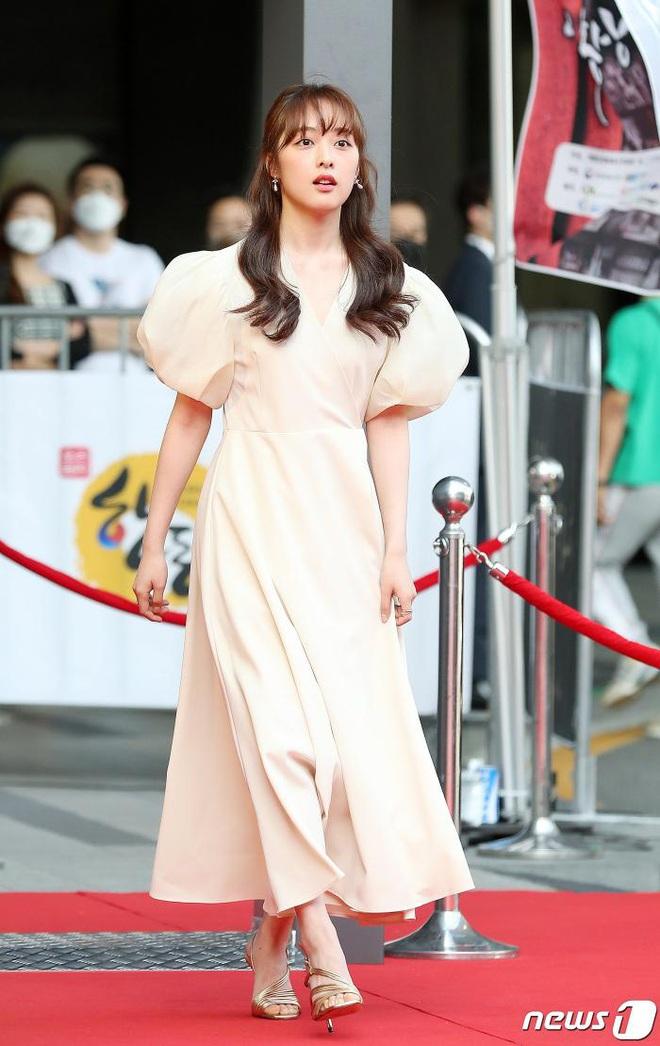 Park Bom gây sốc khuôn mặt méo mó đến lạ, hút hết truyền thông trước dàn diễn viên đình đám ở thảm đỏ Oscars Hàn Quốc - ảnh 11