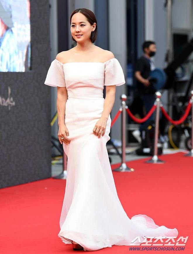 Park Bom gây sốc khuôn mặt méo mó đến lạ, hút hết truyền thông trước dàn diễn viên đình đám ở thảm đỏ Oscars Hàn Quốc - ảnh 13
