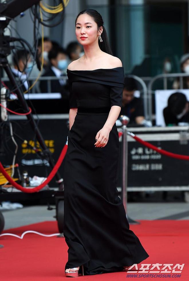 Park Bom gây sốc khuôn mặt méo mó đến lạ, hút hết truyền thông trước dàn diễn viên đình đám ở thảm đỏ Oscars Hàn Quốc - ảnh 15