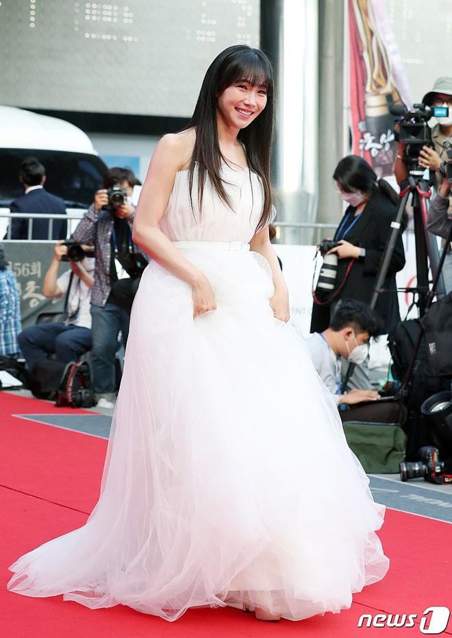 Park Bom gây sốc khuôn mặt méo mó đến lạ, hút hết truyền thông trước dàn diễn viên đình đám ở thảm đỏ Oscars Hàn Quốc - ảnh 16