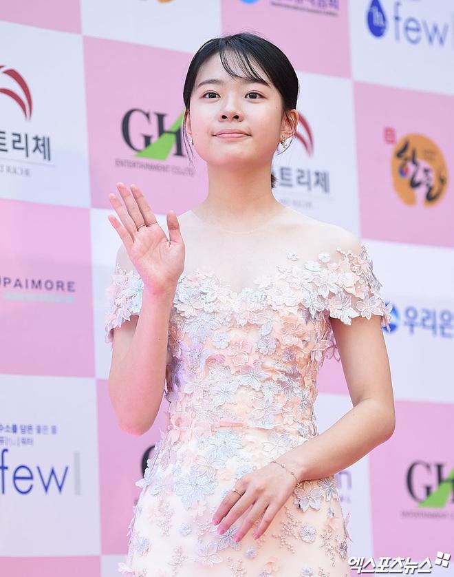 Park Bom gây sốc khuôn mặt méo mó đến lạ, hút hết truyền thông trước dàn diễn viên đình đám ở thảm đỏ Oscars Hàn Quốc - ảnh 19