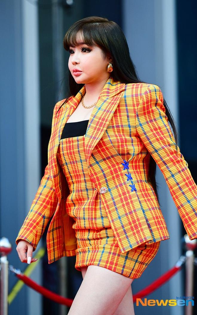 Park Bom gây sốc khuôn mặt méo mó đến lạ, hút hết truyền thông trước dàn diễn viên đình đám ở thảm đỏ Oscars Hàn Quốc - ảnh 4
