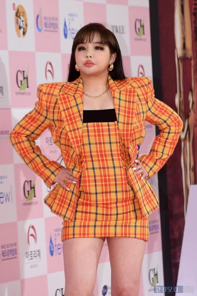 Park Bom gây sốc khuôn mặt méo mó đến lạ, hút hết truyền thông trước dàn diễn viên đình đám ở thảm đỏ Oscars Hàn Quốc - ảnh 2
