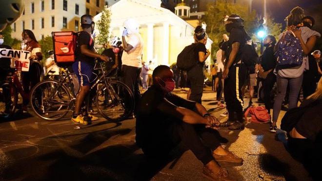 Người biểu tình Mỹ phớt lờ lệnh giới nghiêm - ảnh 1