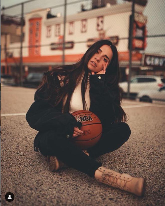 Hot girl bóng rổ trên Youtube kéo cột rổ đi khắp một thành phố ở Mỹ để phá vỡ sự căng thẳng tại các cuộc biểu tình - ảnh 1