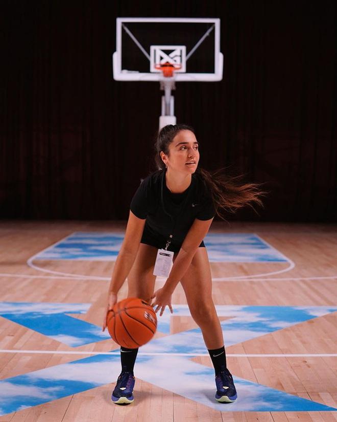 Hot girl bóng rổ trên Youtube kéo cột rổ đi khắp một thành phố ở Mỹ để phá vỡ sự căng thẳng tại các cuộc biểu tình - ảnh 3