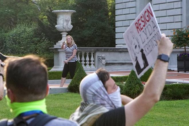 Cặp vợ chồng da trắng rút súng dọa bắn người biểu tình gây tranh cãi cực mạnh, và đây là sự thật đằng sau đó - ảnh 6