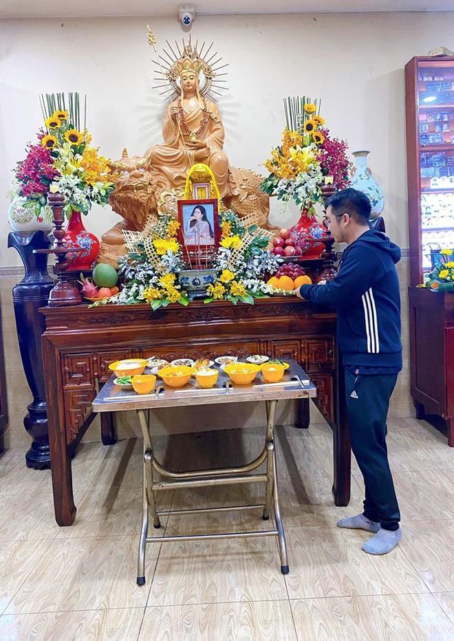 Bố mẹ Phùng Ngọc Huy thay mặt con trai làm lễ cúng 100 ngày cho Mai Phương, xuất hiện bên bảo mẫu bé Lavie - ảnh 2