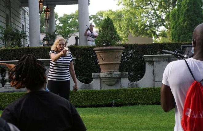 Cặp vợ chồng da trắng rút súng dọa bắn người biểu tình gây tranh cãi cực mạnh, và đây là sự thật đằng sau đó - ảnh 2