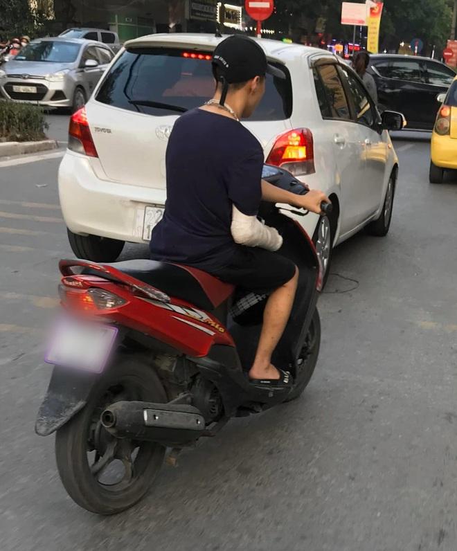 Xôn xao hình ảnh nam thanh niên bị gãy tay phải, vẫn liều mình vặn ga xe máy bằng... tay trái - ảnh 1