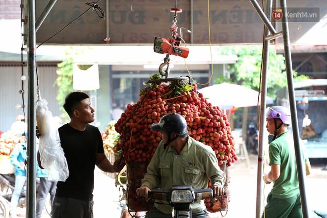 """Người dân Bắc Giang tấp nập đi bán vải thiều chín mọng: """"Chăm sóc cả năm chỉ chờ ngày này - Ảnh 12."""