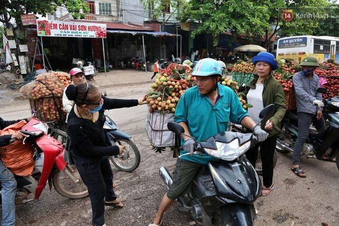 """Người dân Bắc Giang tấp nập đi bán vải thiều chín mọng: """"Chăm sóc cả năm chỉ chờ ngày này - Ảnh 5."""