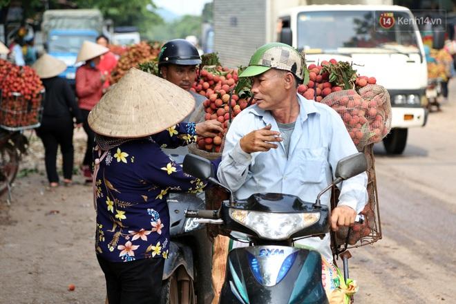 """Người dân Bắc Giang tấp nập đi bán vải thiều chín mọng: """"Chăm sóc cả năm chỉ chờ ngày này - ảnh 3"""