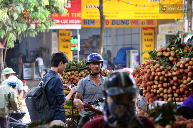 """Người dân Bắc Giang tấp nập đi bán vải thiều chín mọng: """"Chăm sóc cả năm chỉ chờ ngày này - Ảnh 8."""