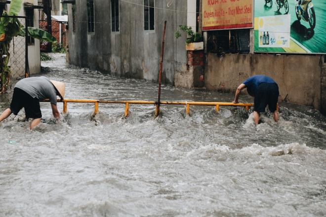 Ảnh: Đường Sài Gòn ngập lút bánh xe khi mưa lớn, người dân té ngã sõng soài - Ảnh 7.