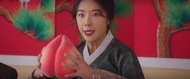 Vừa nhẵn túi vì chơi game, dì hai Hwang Jung Eum bị Diêm Vương tịch thu luôn quán vì tội ăn cắp ở tập 6 Mystic Pop-up Bar - ảnh 9