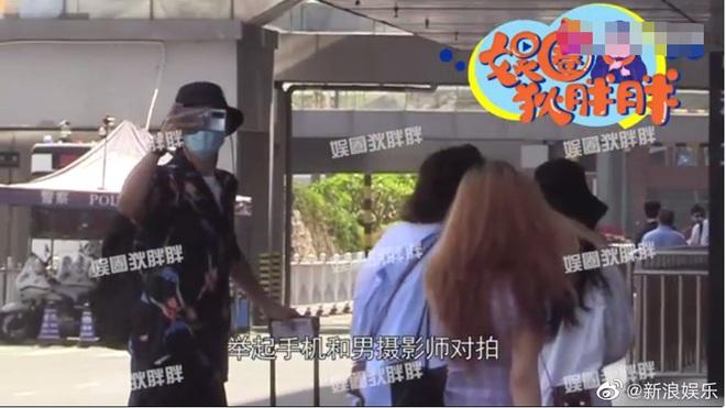 Tranh cãi nảy lửa clip Lý Hiện gào thét, nổi giận hét vào mặt fan tại sân bay khiến người hâm mộ hoảng sợ, chạy tán loạn - ảnh 3