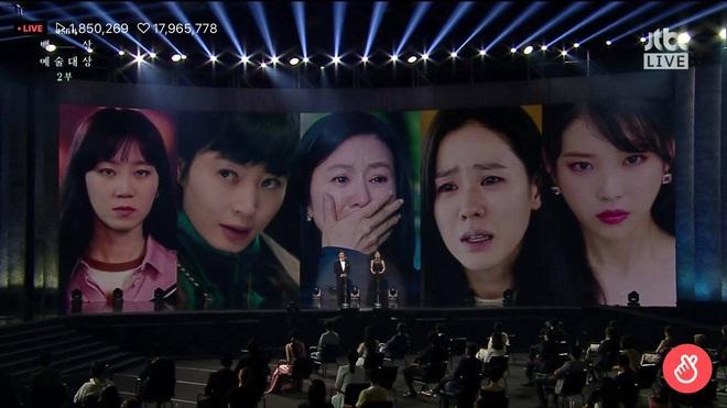 Khoảnh khắc IU rưng rưng, tiểu tam mỹ nhân phấn khích cực độ khi bà cả Kim Hee Ae ẵm giải: fangirl Thế Giới Hôn Nhân chính là đây! - ảnh 1