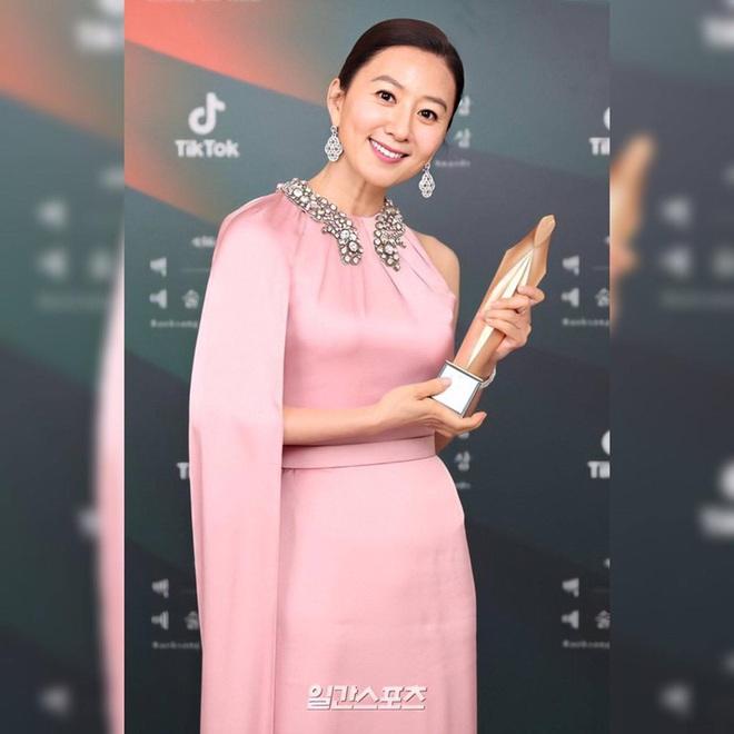Khoảnh khắc IU rưng rưng, tiểu tam mỹ nhân phấn khích cực độ khi bà cả Kim Hee Ae ẵm giải: fangirl Thế Giới Hôn Nhân chính là đây! - ảnh 10