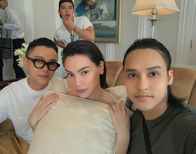 """Được thực hiện khi mới có """"tin vui"""", bộ ảnh Hà Hồ - Thanh Hằng trong trang phục Công Trí lên hẳn Vogue - Ảnh 1."""