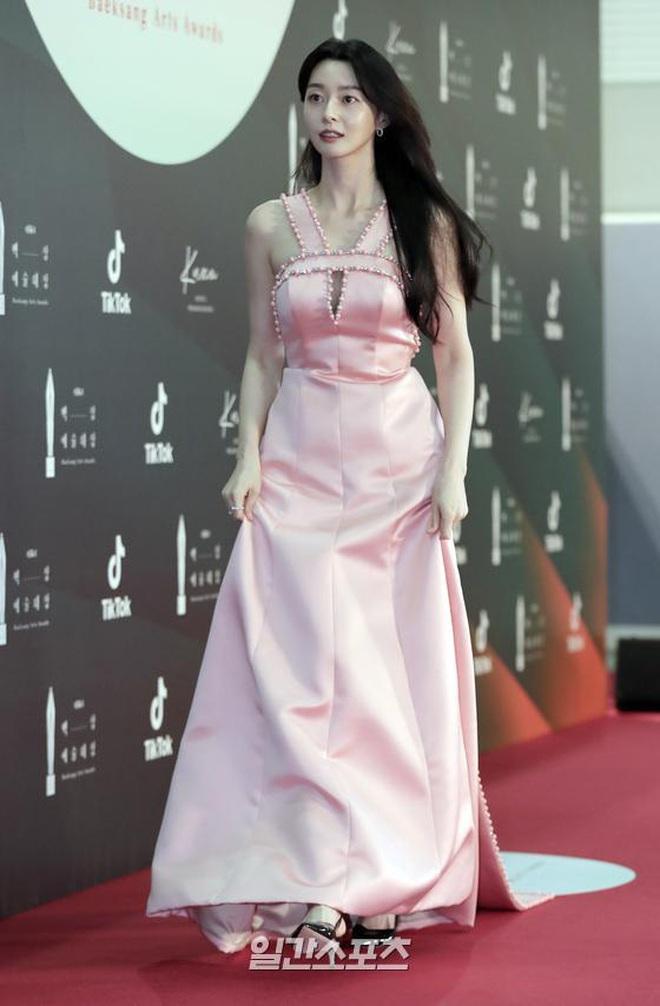 Ác nữ Itaewon Kwon Nara đứng đầu bảng tổng sắp mặc xấu tại Baeksang 2020, kế đến còn có cả loạt mỹ nhân đình đám khác - ảnh 2