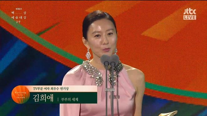 Khoảnh khắc IU rưng rưng, tiểu tam mỹ nhân phấn khích cực độ khi bà cả Kim Hee Ae ẵm giải: fangirl Thế Giới Hôn Nhân chính là đây! - ảnh 2