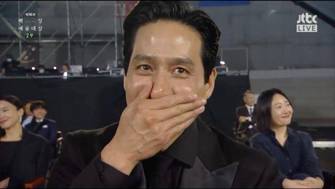 Khoảnh khắc IU rưng rưng, tiểu tam mỹ nhân phấn khích cực độ khi bà cả Kim Hee Ae ẵm giải: fangirl Thế Giới Hôn Nhân chính là đây! - ảnh 8