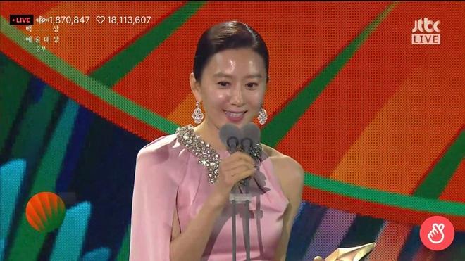 Khoảnh khắc IU rưng rưng, tiểu tam mỹ nhân phấn khích cực độ khi bà cả Kim Hee Ae ẵm giải: fangirl Thế Giới Hôn Nhân chính là đây! - ảnh 6