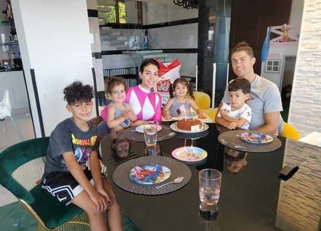 Ronaldo hóa thân thành anh chàng Aladdin 6 múi, cười tươi rói trong ngày sinh nhật hai thiên thần nhỏ đáng yêu - ảnh 2